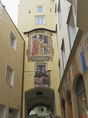 Brunico / Bruneck: Walking in the narrow streets of the historic city centre (Sokleine) Tags: citycentre historic street buildings bâtiment heritage brunico bruneck trentin trentinoaltaadige südtyrol italia italy italie arche arch fresque frescoe mural painting peinture
