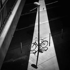 Fahrrad.Lampe. (HansEckart) Tags: fahrrad strasse schwarzweiss sw perseptive schatten city stadtbild mono monochrome linien urban