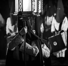 Semana Santa Zaragoza 2018 - Miércoles Santo - Jesús Camino del Calvario (vivas12) Tags: nikon d3100 zaragoza semanasanta procesión cofrade tradición miércolessanto mirada gente people fotografiacofrade españa spain saragossa religión semanasanta2017 cofradía capirote hollyweek cofradíadejesúscaminodelcalvario blancoynegro blackwhite monocromo monochrome blackamdwhite byn bn bw