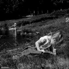 Trombone VS Jus de pomme ('aNtOiNe') Tags: limousin creuse 23 vassivière d3300 nikon lac summer juillet nb water music trombone cuivre instrument men homme man human wild nature kid children girl young antoine antoinepillaud noiretblanc