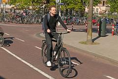 Museumplein - Amsterdam (Netherlands) (Meteorry) Tags: europe nederland netherlands holland paysbas noordholland amsterdam amsterdampeople candid streetscene people zuid sud south museumkwartier museumplein hobbemastraat bicycle cyclist bicyclette bike vélo black noir vanmoof city urban may 2018 meteorry
