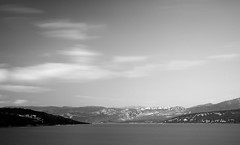 Le monde d'en face | The world opposite (Baptiste [R.]) Tags: low key lowkey nb bw noiretblanc blackandwhite sky ciel poselongue lac lake verdon provence france alpes haute village nuage cloud paysage landscape