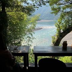 かなり前に #NHKスペシャル で見て以来、日本でも行ってみたい場所のトップ5に(四万十川抜いて)その透明度の高さと仁淀ブルーで有名な仁淀川があった。ようやく来れた高知。レンタカーして川沿い走り始めたらステキ過ぎて止まらなくなってかなり上の方まで来た?(まだまだ?) ステキな雰囲気のお店を見つける嗅覚で凄くステキな佇まいのアイスクリーム屋さん発見 @emayuasa や @tamaehirokawa におススメ!