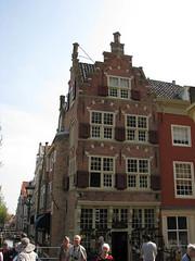 Maison de Kaerskorf (archipicture71) Tags: delft paysbas hollande maison pignon sculpture blasons renaissance gothique porte fenêtre house gothic huis neetherlands