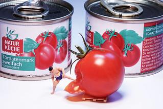 Sumoringer macht Tomatenmark - Sumo wrestler makes tomato paste