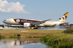 "A6-DDE, Boeing 777-FFX, Etihad Airways (""Year of Zayed 2018""livery} (freekblokzijl) Tags: specialscheme yearofzayed specialmarkings 777f freighter cargoplane vrachtvliegtuig etihadcargo boeing777 a6dde arrival aankomst landing touchdown kaagbaan rwy06 afternoon sunny midsummer juli2018 eham ams schiphol amsterdamairport luchthaven planespotting vliegtuigspotten canon eos7d widebody"