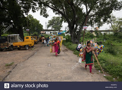 hyderabadindia-30th-october2017-indian-women-hawkers-walk-barefoot-KG3XFJ (Matriux2011) Tags: barefoot dirtysoles cracksoles indian nepali barefootextreme talonescurtidos piesrajados