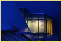 Point jaune durant l'heure bleue (Jacques Boutin) Tags: nuit illumination jaune bleu