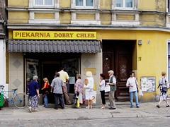 Customers lining up for baker´s shop Good Bread (Frendli Bear) Tags: bakey bread shop people customers customer city lining up sony cybershot dsc s85