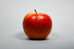 Zankapfel (ruedigerhey) Tags: obst apfel natur tabletop rot schatten
