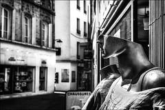 Une demi-tête de plus! / Half a head more! (vedebe) Tags: ville city rue street urbain urban noiretblanc netb nb bw