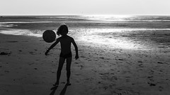 Partout. (Canad Adry) Tags: olympus zuiko om mc autow 24mm f28 beach plage sand sable sun soleil contrejour backlight reflect boy child enfant football ball shadow ombre light horizon sea ocean water eau mer sport vintage old prime manual legacy classic japanese lens