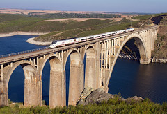 Alvia Santiago de Compostela-Madrid a su paso por el viaducto Martín Gil (ordunte) Tags: martíngil viaductomartíngil zamora directogallego directozamorano líneazamoralacoruña renfe bombardiertalgoserie730 serie730 talgo embalsedericobayo