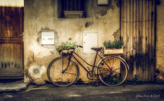 Old Bicycle 2018 (EBoss Fotografie) Tags: perneslesfontaines france street building bicycle colors old faded door canon soe twop fiets velo provence