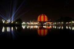 (michele.micci) Tags: luci rosso panorama aerostatico globo lungaesposizione notturna paris parigi disney disneyland 1855 100d canon