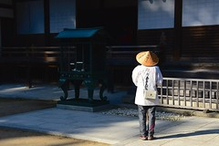Japan- Mount Koya (venturidonatella) Tags: japan asia giappone koya mountkoya pilgrim pellegrino ombra luce shadow light persone people gentes nikon nikond500 d500 colori colors hat cappello tempio temple