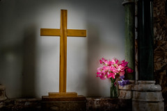 Northbourne Parish Church (Jean Latteur) Tags: northbourne parish church nikon d3300 35mm f18g light cross flowers