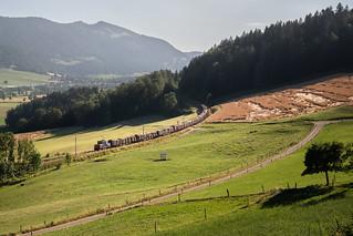 CFF Cargo Eem 923 avec train de bois entre Boveresse et Couvet