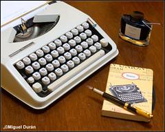 El homenaje... (mike828 - Miguel Duran) Tags: maquina escribir typewriter day dia mundial tinta tintero ink pluma estilografica fountainpen fountain pen notebook libreta cuaderno sony slt a77 alpha carl zeiss vario sonnar 1680mm hermes baby teclas teclado