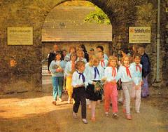 Thälmannpioniere,DDR Kinder,Jungpioniere,Freie-Deutsche-Jugend,DDR Pioniere,DDR Schulklasse (SchlangenTiger) Tags: kindergruppe pioniergruppe schülergruppe freiedeutschejugend thälmannpioniere jungpioniere jungepioniere pioniere kinder jugend schule schüler fdj gst gdr pionier pionierbekleidung pionierhemdbluse schuluniform ddr schulklasse