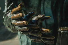 Put 'Er There (AAcerbo) Tags: theshakingman publicart sculpture statue art bronze metreon sanfrancisco california green hand bokeh dof
