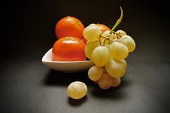 Mandarinas y uvas XT-V2 70vp (valorphoto.1) Tags: selecciónvp fruta mandarinas uva hoja color fondo oscuro fujifilm natural composición vegetales naturalezasmuertas stilllife photodgv