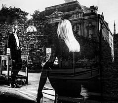 Lyon - Reflets dans une vitrine. Couple d'acteurs et dans le fond le théatre des Célestins. (Gilles Daligand) Tags: lyon rhone reflets vitrine couple theatre celestins noiretblanc bw monochrome personnes inthewindow photo actors