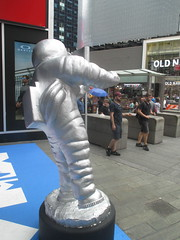 MTV Astronaut Award Guy Times Square NYC 7905 (Brechtbug) Tags: mtv awards silver styrofoam astronaut michelin man character guy hanging out times square nyc 2018 new york city 08192018 cable tv music television brand advertisement tire tires transportation balloon moon logo automotive flag advertising mascot cosmonaut spaceman space men helmet scifi science fiction moonman