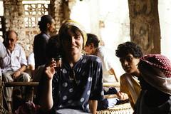 Tea time at the market (motohakone) Tags: jemen yemen arabia arabien dia slide digitalisiert digitized 1992 westasien westernasia ٱلْيَمَن alyaman