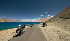 pangong tso I (DeCo2912) Tags: pangong tso lake india tibet himalaya ladakh jammu kashmir bike royal enfield 500 पांगोंग त्सो 班公错