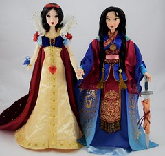 LE Snow White (2009) Welcomes LE Mulan (2018) Into My Collection - Holding Hands - Full Front View (drj1828) Tags: mulan 20thanniversary limitededition 16inch doll collectible disneystore 2018 us purchase deboxed sword