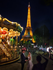 Romantic Paris (iPhone Fotograaf) Tags: summer evening bride iphone8plus building fence groom paris