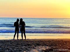 Les deux soeurs, plage de Biscarrosse, France 2018 (Cathy Baillet) Tags: plage silhouette couple mer océan biscarrosse coucherdesoleil cathy baillet 2o18 aquitaine atlantique leica soleil