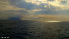 C'è una crepa in ogni cosa ed è da lì che entra la luce. (Leonard Cohen) (FIORE Luigi) Tags: mare sea tramonto sunset nuvole sky stromboli messina sicilia italia isola luce mediterraneo vulcano isoleeolie