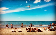 Nel blu dipinto di blu (Roberto Rubiliani) Tags: estate summer holidays vacanze smartphone iphone helicopter elicottero robertorubiliani rubiliani sand sabbia tuscany toscana turisti tourists persone people beach spiaggia sea mare