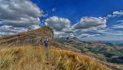 Jona e Diego e cume ao fundo (mcvmjr1971) Tags: vermelho parque estadual da serra do papagaio baependi minas gerais brasil pouso mãe douro trilha para o pico chorão nikon d7000 mmoraes viagem travel trekking 2018