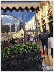 Un café en la Galería (mariadoloresacero) Tags: luxe lujo boutiques shops commerces comercios restaurants restaurantes brasseries cafeteria milano milan milán italie italy italia gallery gallérie galería galleria vittorio emmannuelleii