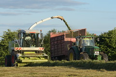 Claas 870 SPFH filling a Redrock Trailer drawn by a John Deere 6620 Tractor (Shane Casey CK25) Tags: claas 870 spfh filling redrock trailer drawn john deere 6620 tractor self propelled forage harvester mitchelstown traktor traktori tracteur trekker trator ciągnik silage silage18 silage2018 grass grass18 grass2018 winter feed fodder county cork ireland irish farm farmer farming agri agriculture contractor field ground soil earth cows cattle work working horse power horsepower hp pull pulling cut cutting crop lifting machine machinery nikon d7200