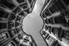 Barcelone - Carer Milans (françoispeyne) Tags: barcelone architecture courinterieure envoyage route rue têteenhaut barcelona catalunya espagne es noiretblanc