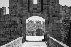 Dark shadow (kgerbel) Tags: anonyme blackandwhite blancoynegro calle frame marco monument monumento mur muro noiretblanc ombre pared person persona personne photographiederue rue ruinas ruines ruins shadow sombra street streetphoto streetphotography wall cadre