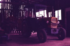 (damiancarta) Tags: fujichromesensia100 e6 slidefilm colorreversalfilm poland analogue 35mm colorshift magenta lomography pentax pentaxsmc pentaxsfxn pentax50mm17 traktor tractor farm bauernhof altes gerät vintage trecker zugmaschine schlepper stachelrad raupentraktor
