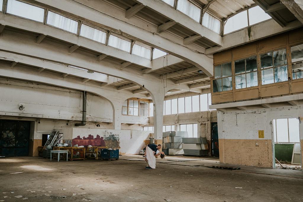 029 - ZAPAROWANA - Industrialna sesja ślubna - Fabryczne Atelier & Cegielnia