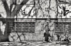 gaudério (jakza - Jaque Zattera) Tags: pedestre cotidiano homem pessoa pilchado gaudéiosombra street urbano