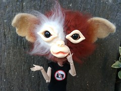 Danielle y su Gorrizmo (-nickless-) Tags: lugocapital lugo dollsoutdoors city pullipkaela danielle gorrizmobyafragamaxica gorrizmo afragamaxica gizmo gremlinhat hat handmadehat