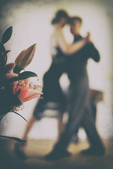 Blütentanz... (angelika.kart) Tags: blüten straus blumenstraus tango tanzpaar akkordeonspieler
