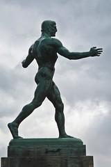 Der Ringer (1908) (just.Luc) Tags: sculpture escultura statue estatua statua beeld beeldhouwwerk man male homme hombre uomo mann nu nude nudo desnudo naakt nackt naked metal metaal brons bronze berlin berlijn allemagne deutschland duitsland germany art kunst public publiek europa europe