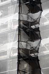 Industrieux contraste (Tonton Gilles) Tags: échafaudage noir et blanc pâle sombre lignes voile graphisme