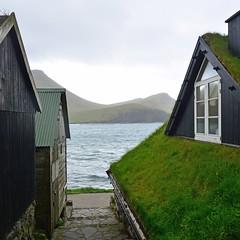 Bøur (mikael_on_flickr) Tags: bøur føroyar færøerne faroeislands isolefaroe alley houses water acqua sea mare meer hav atlanterhavet atlanticsea bjerge mountains montagne village bygd