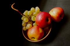 Fruiter   XT 68vp....................... In Explore (valorphoto.1) Tags: selecciónvp fruta manzana hoja color fondo oscuro fujifilm natural composición vegetales naturalezasmuertas stilllife photodgv