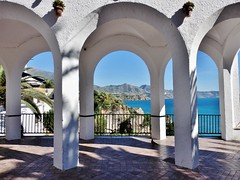 Nerja-Málaga. (Eduardo OrtÍn) Tags: porche arco mar costa monte palmera roca maceta nerja málaga andalucía